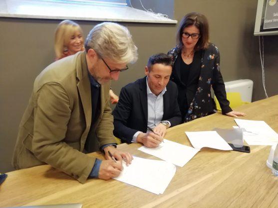 La firma dell'accordo quadro: Alessandro Isaia, direttore della Fondazione Artea; Mauro Bernardi, presidente ATL; Michela Giuggia, vice presidente Artea; Gabriella Giordano, consigliere ATL.